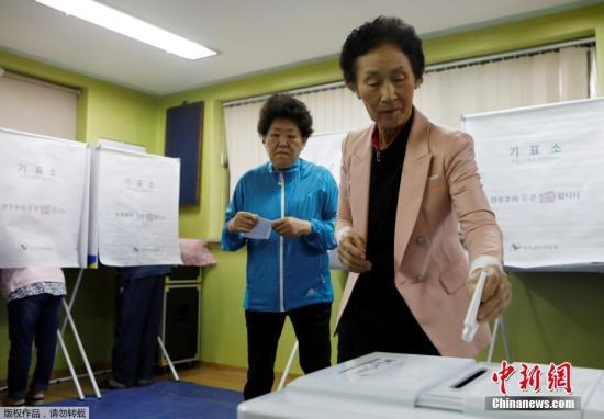 当地时间2017年5月9日,韩国多地民众进行大选投票。韩国第19届总统选举于当地时间9日上午6时开始投票,投票截止时间为当天20时。
