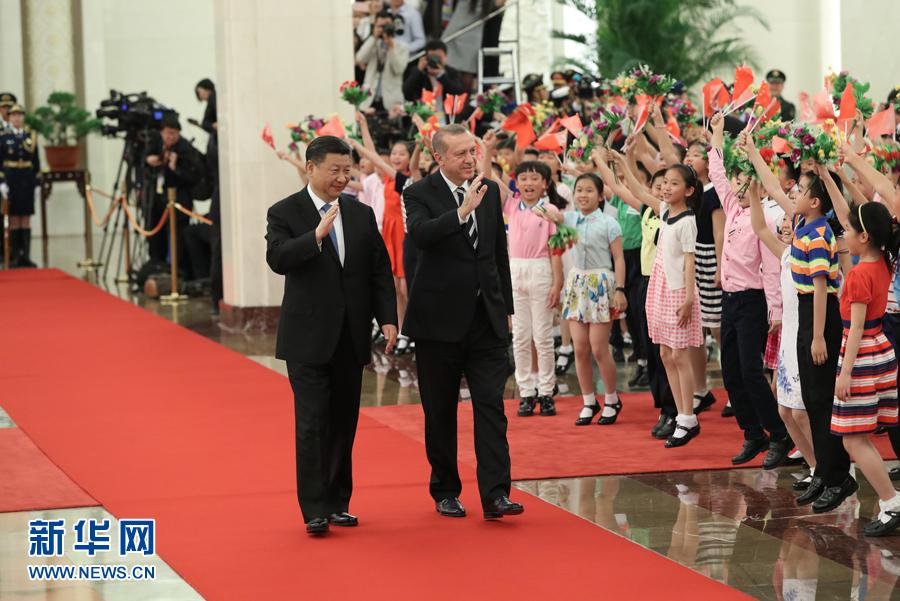 """5月13日,国家主席习近平在北京人民大会堂同来华出席""""一带一路""""国际合作高峰论坛的土耳其总统埃尔多安举行会谈。会谈前,习近平在人民大会堂北大厅为埃尔多安举行欢迎仪式。新华社记者 马占成 摄"""