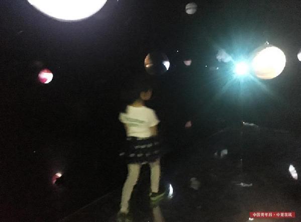 一个孩子走入影像装置《景观社会》中。中国青年报·中青在线记者 赵青/摄