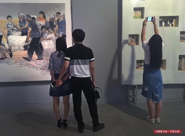 观众在中国画作品区域。中国青年报·中青在线记者 赵青/摄