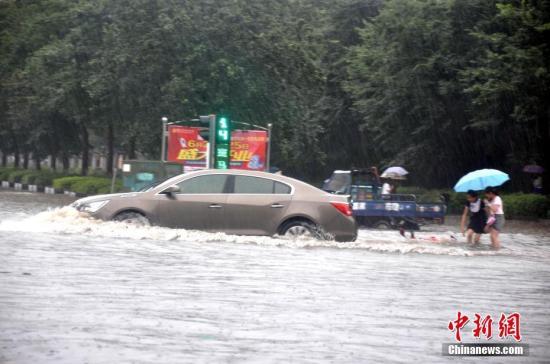 江西瑞昌暴雨致城区积水严重,行人出行困难。魏东升 摄
