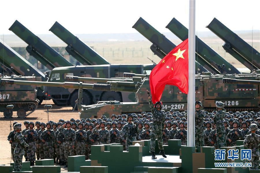 7月30日,庆祝中国人民解放军建军90周年阅兵在位于内蒙古的朱日和训练基地举行。中共中央总书记、国家主席、中央军委主席习近平检阅部队并发表重要讲话。这是升旗仪式。新华社记者 庞兴雷 摄