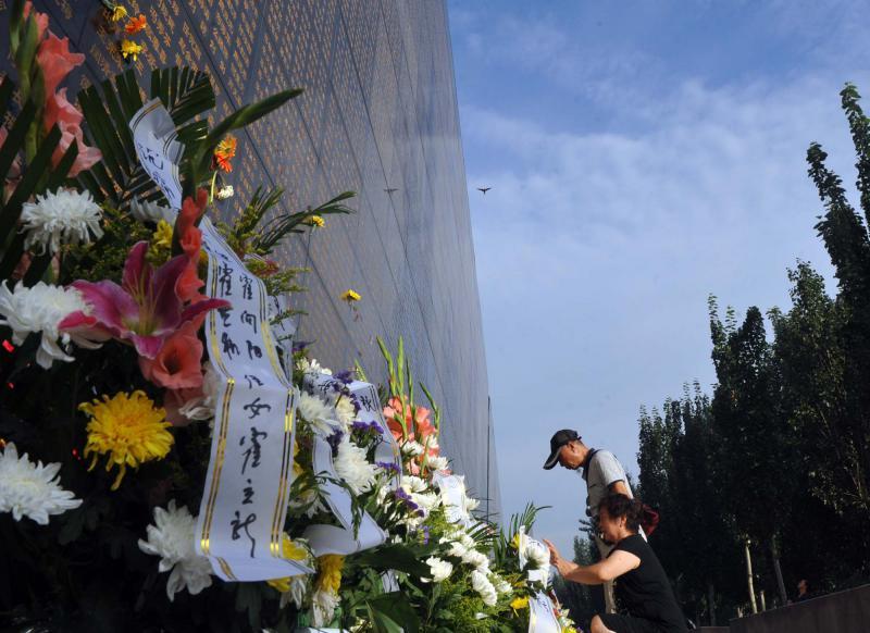 7月28日,位于河北唐山地震遗址纪念公园的罹难者纪念墙前,前来祭奠罹难亲人的民众络绎不绝。1976年7月28日,河北省唐山市遭遇强地震,百年工业重镇夷为废墟,24万人罹难,16万人重伤。视觉中国