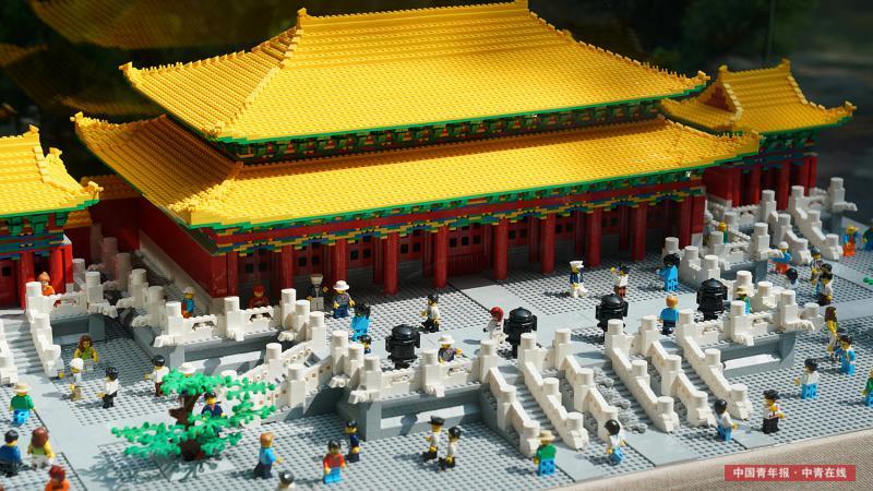 8月3日,北京景山公园,展出的大型拼插积木模型,体现了包括殿前的树池、栏杆等细节。中国青年报·中青在线记者 李建泉/摄
