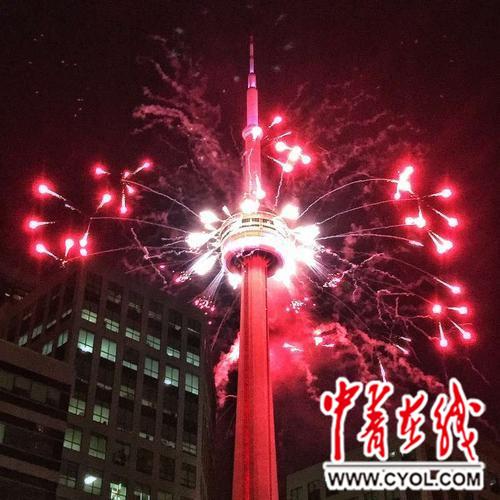 加拿大国家电视塔(the cn tower)点燃焰花庆祝国庆节.