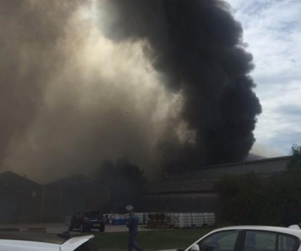 英伦敦东部机场飞机库爆炸 冒出大量黑烟