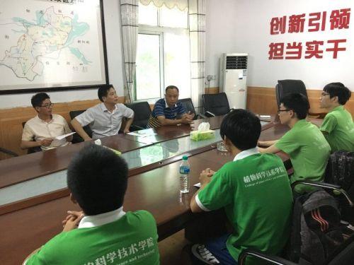 鸦鹊湖农技站工作人员向团队介绍农场水稻种植基本情况