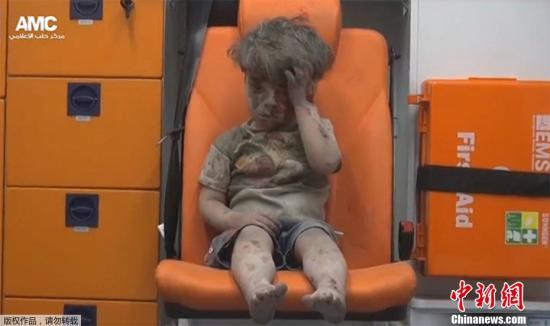 沉默的震撼 2016年8月17日,叙利亚阿勒颇,当地遭遇空袭,满身血污的4岁男孩奥姆兰获救后独自坐在救护车上。这张照片在网上公布后,触动了全球无数网民的心弦。