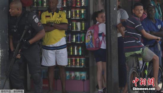 当地时间6月12日,巴西里约热内卢警方在贫民窟进行缉毒行动,荷枪实弹与毒贩发生枪战引民众围观。