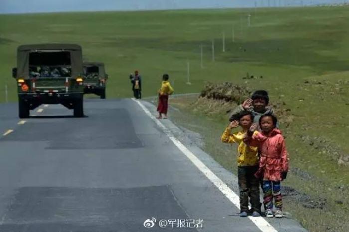 孩子们给军车敬礼照片刷屏,被致敬的军人这样
