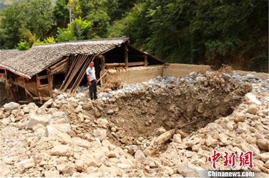 甘肃农村青年挽救18人性命30万存款被泥石流冲走