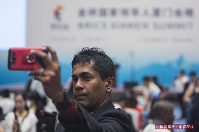 参加记者会的斯里兰卡记者在记者会开始前自拍。中国青年报·中青在线记者 郑萍萍/摄