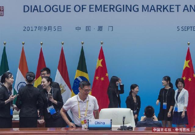 9月5日,新兴市场国家与发展中国家对话会结束后,工作人员与记者纷纷合影留念。中国青年报·中青在线记者 郑萍萍/摄
