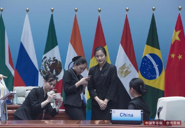 9月5日,新兴市场国家与发展中国家对话会结束后,工作人员与记者纷纷合影留念。中国青年报·中青在线记者 郑萍萍/摄 (编辑:李峥苨)
