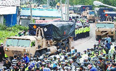 """7 日,韩国出动大量警力冲破民众封锁,强行部署""""萨德""""系统"""