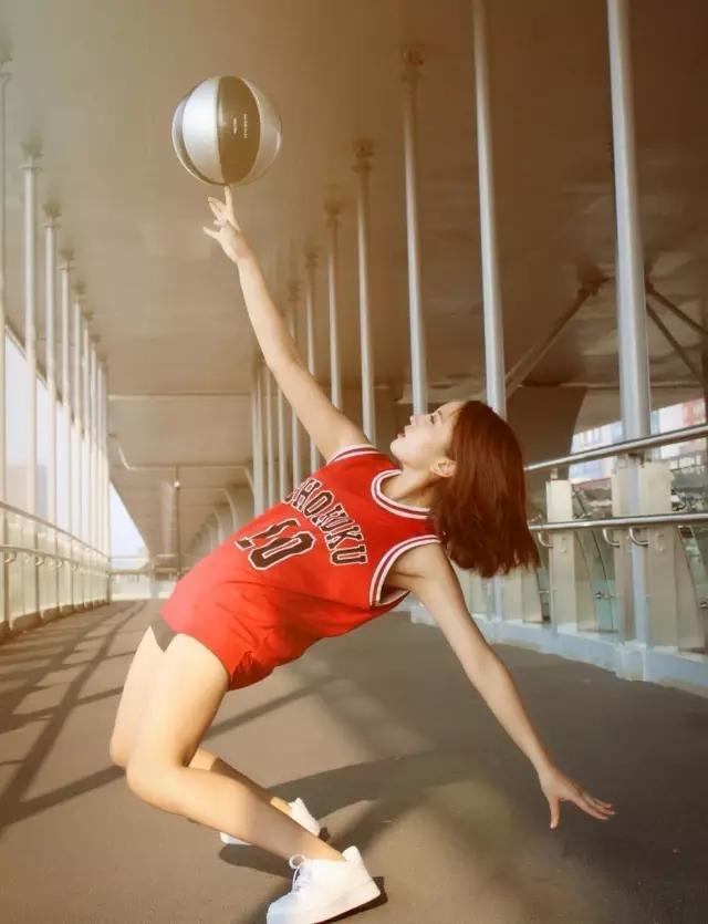 上手花球是我最幸运的事情 在初三那年,打小学习芭蕾舞和钢琴的姜冕开始对篮球产生了浓厚的兴趣。当时班上有不少男生玩篮球,但他们觉得姜冕柔弱就没有带她玩。好在姜冕没有放弃,她开始自己练习篮球技术,并且找到了几位志同道合的女玩伴。 接触花球则是因为她在公园无意中看到一群玩球的嘻哈仔,可能是觉得他们太酷了,也可能是内心对篮球的热爱完全爆棚,当时性格内向的她不知道哪来的勇气,直接上去搭讪了。从此花球圈多了个姜冕。 爱上花式篮球,可能跟我的性格有关系,我是一个很无聊的人,如果大家