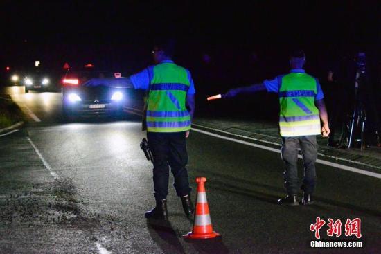 """8月14日晚20时30分左右,在位于巴黎以东60余公里的塞纳马恩省小镇赛特索尔(Sept-Sorts),一名男子驾驶一辆""""宝马""""汽车故意冲撞在当地一家餐馆外露台用餐的客人,造成一名13岁女童死亡,死者年仅3岁的弟弟生命垂危,另有4人重伤,8人轻伤。"""