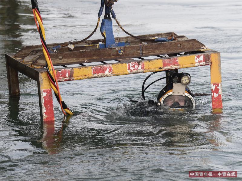 楚金勇进入潜水吊笼下水。