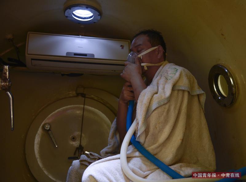 结束潜水作业上船后,楚金勇立刻进入潜水高压氧舱。潜水员从深水的高压环境上浮到水面低压环境时,血液中可能出现气泡,阻塞小的血管,形成气栓,严重可致运动失调、昏迷、偏瘫。进入高压氧舱内可逐渐安全地完成减压过程。