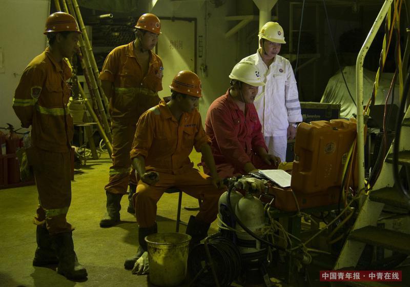 到达海上矿区后,楚金勇走进船舱指挥员工作业。海军退伍的他有着过硬的水下作业本领。