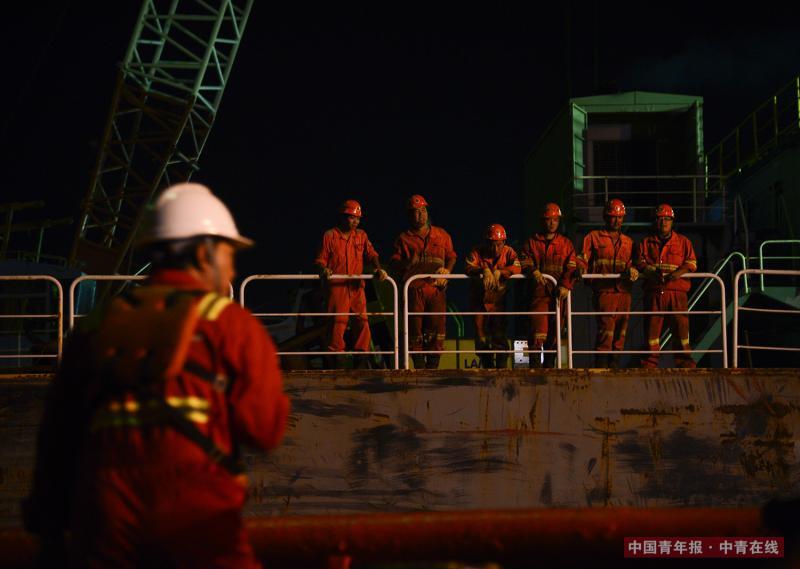 深夜,潜水员抵达浮吊工程船。该船长期在海上进行工程回收,目前根据项目需求配备了70名左右的船员。