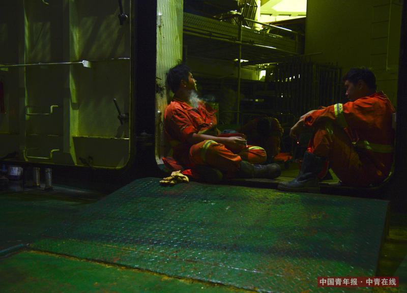 夜晚,船员在甲板上聊天。