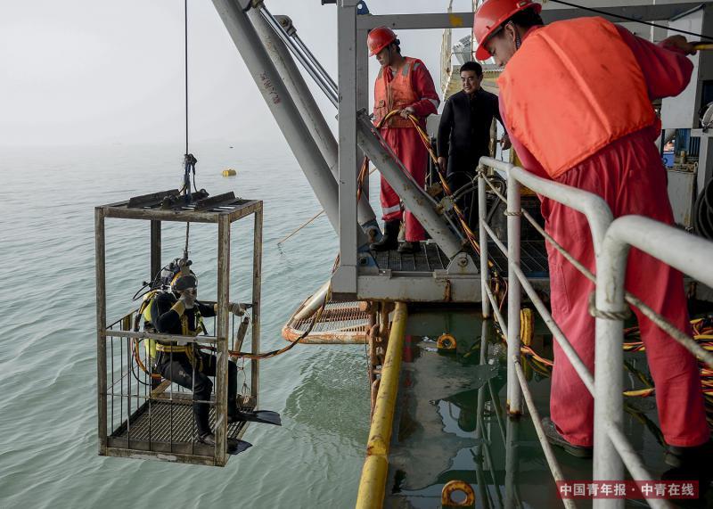 楚金勇进入载人潜水吊笼。