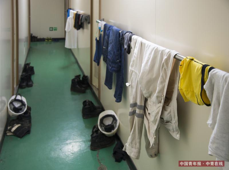 船员们将衣服晾在船舱走廊。