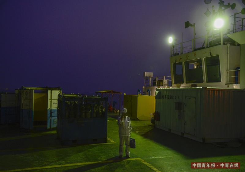 一名工作人员站在甲板上。