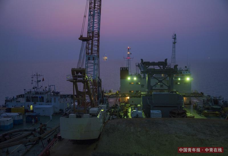 暮色下的工程船。视觉中国
