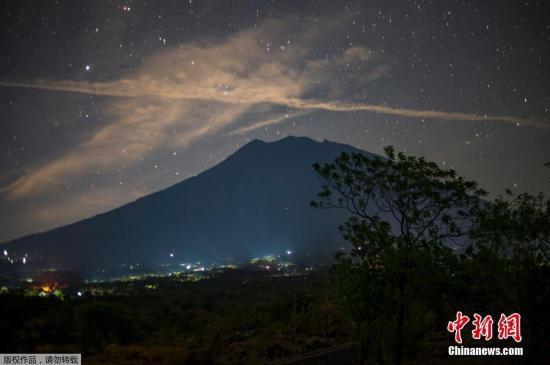 资料图:夜幕下的巴厘岛阿贡火山。