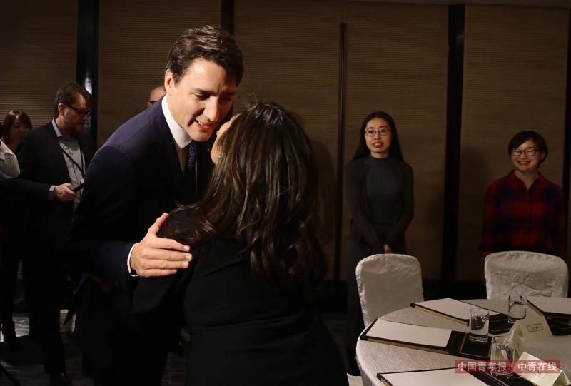 """12月5日,来华访问的加拿大总理特鲁多,在北京会见了受加拿大资助的中国女学生代表和中加两国部分企业家代表。据介绍,本次来华是特鲁多就任加拿大总理以来第二次正式访问中国。45岁的特鲁多总理,因其个人非凡的魅力,在全世界广受欢迎。在社交网络上,特鲁多总理也是一位非常有影响力的""""网红"""",他在Facebook上有550万粉丝,Twitter上有380万粉丝。中国青年报·中青在线记者 陈剑/摄"""