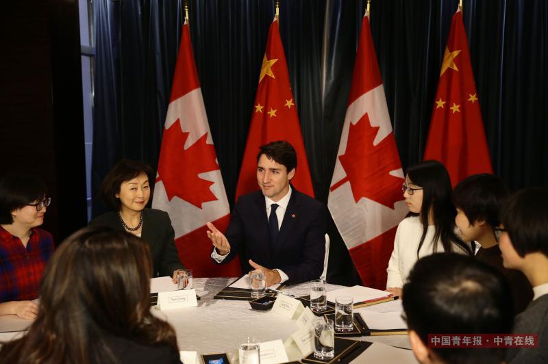 12月5日,加拿大总理特鲁多与受加拿大资助的中国女学生代表座谈。中国青年报·中青在线记者 陈剑/摄