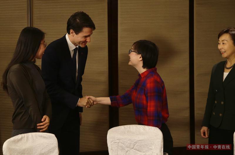 12月5日,加拿大总理特鲁多与受加拿大资助的中国女学生代表握手。中国青年报·中青在线记者 陈剑/摄