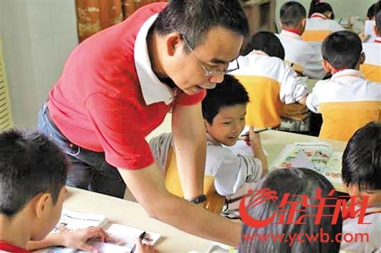 虽然担任校长,但鲍当洪依然身处教学一线为学生们上课