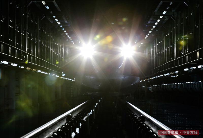 """2月2日晚,""""复兴""""号动车组驶回北京南动车所。中国青年报·中青在线记者 陈剑/摄"""
