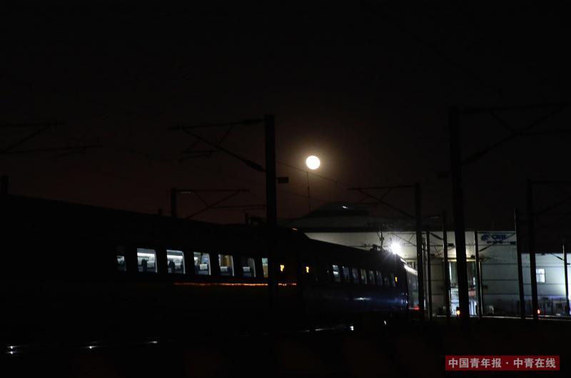 """2月2日晚,""""和谐""""号动车组驶回北京南动车所。中国青年报·中青在线记者 陈剑/摄"""