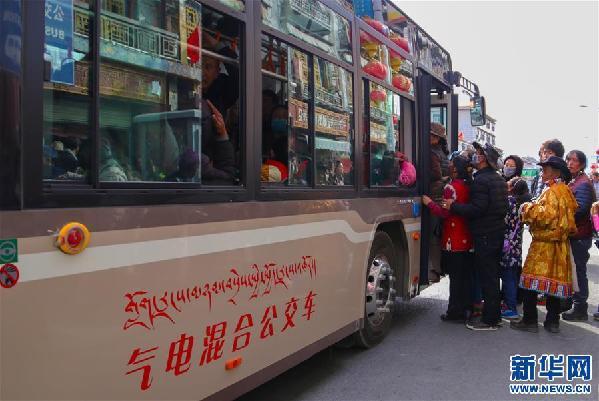 乘公共汽车排队