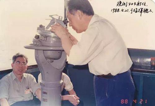 黄旭华(右)在观察某新型核潜艇(1988年4月21日摄)。