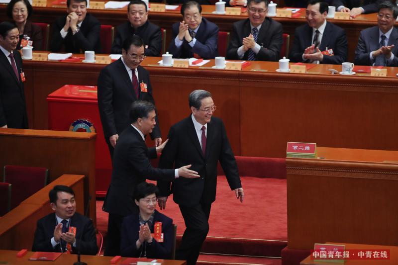 3月14日15时,全国政协十三届一次会议第四次全体会议在人民大会堂举行。汪洋当选中国人民政治协商会议第十三届全国委员会主席。计票结束后,十二届全国政协主席俞正声特意来到大会会场,对即将产生的新一届政协常委会表示祝贺。中国青年报·中青在线记者 赵迪/摄