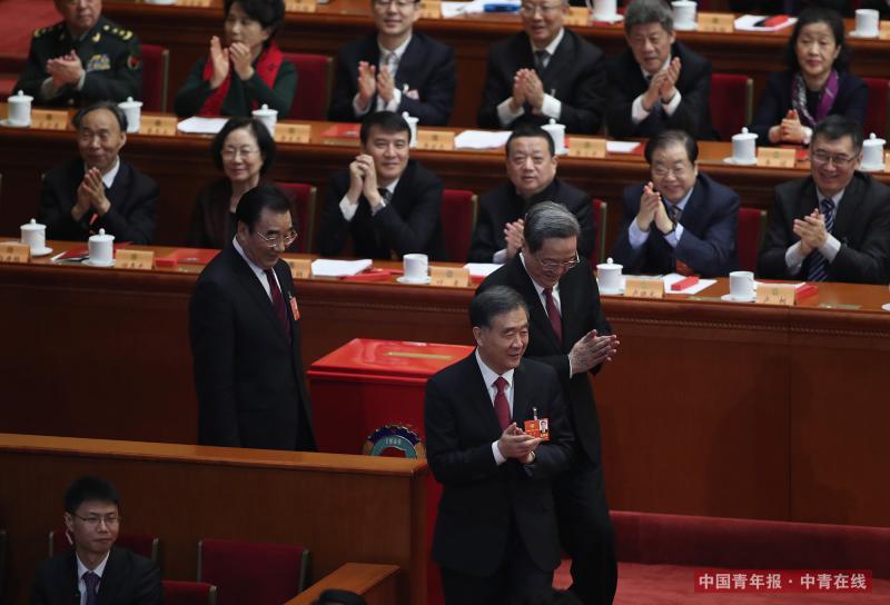 3月14日15时,全国政协十三届一次会议第四次全体会议在人民大会堂举行。计票结束后,委员鼓掌欢迎来到会场的十二届全国政协主席俞正声。中国青年报·中青在线记者 赵迪/摄