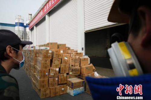 资料图:北京市食品药品监督管理局联合北京市公安局开展假劣食品药品集中销毁活动。 张宇亮 摄