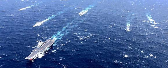 """中国首艘航空母舰""""辽宁""""号首次参加海上阅兵。(来源:中国军网)"""