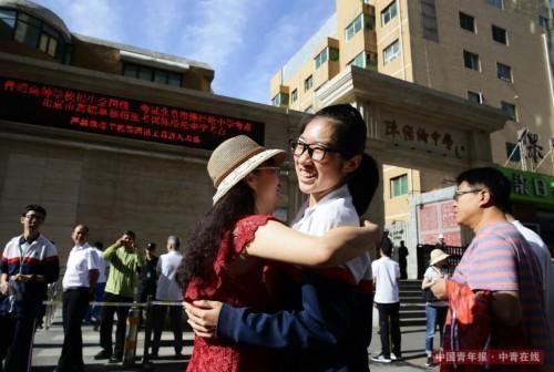 6月7日,北京陈经纶中学高考考点前,一位考生与送考的老师拥抱作别,准备进入考场参加考试。当日,备受瞩目的全国高考正式拉开帷幕。据了解,今年全国有975万高考生奔赴考场,创下近8年来报考人数历史新高,他们中多数是2000年出生的千禧宝宝。在北京,将有6.3万名考生参加考试。中国青年报·中青在线记者 陈剑/摄