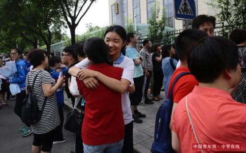 6月8日,北京东直门中学高考考点外,考试结束后,家长和孩子拥抱。
