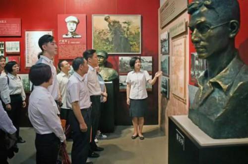 2017年6月29日,江西省直机关党员在江西革命烈士纪念堂参观。新华社记者 刘颖 摄