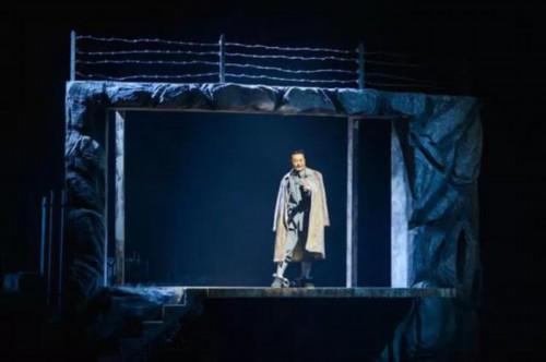 2017年8月27日,扮演方志敏的演员在话剧《掩不住的阳光》的演出中。话剧讲述了方志敏领导的红军北上抗日先遣队遭国民党反动派围追堵截,方志敏不幸被捕,在狱中继续开展对敌斗争的故事。新华社记者 李琰 摄