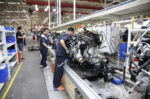 网络主题活动采访团探访了重庆力帆汽车有限公司三工厂总装车间和重庆