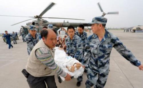 战士们在芦山灾区转移重伤员(来源:中国军网)