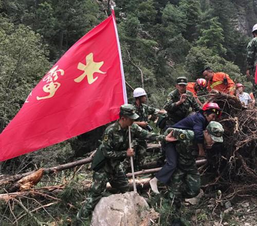 武警部队救助九寨沟受困群众(来源:中国军网)